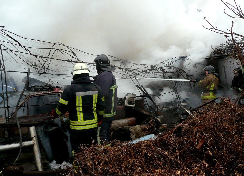 Во время пожара в гараже в Одессе сгорело 5 авто, была угроза взрыва, - ФОТО, фото-6, Фото: ГСЧС