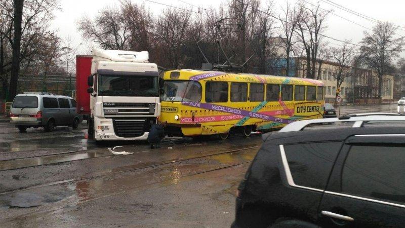 Трамвай снова не поделил дорогу с автомобилем в Одессе, - ФОТО, фото-1, Фото: Одесский паблик