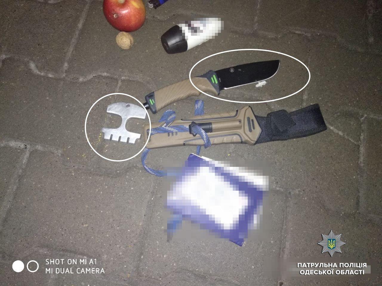 Яблоко, дезодорант и нож: в Одессе задержали мужчину, который бросался на людей, - ФОТО, фото-1