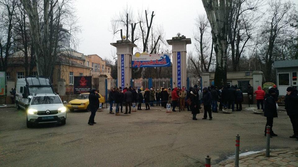 В одесском санатории с самого утра скандал: там полиция и военные, фото-1