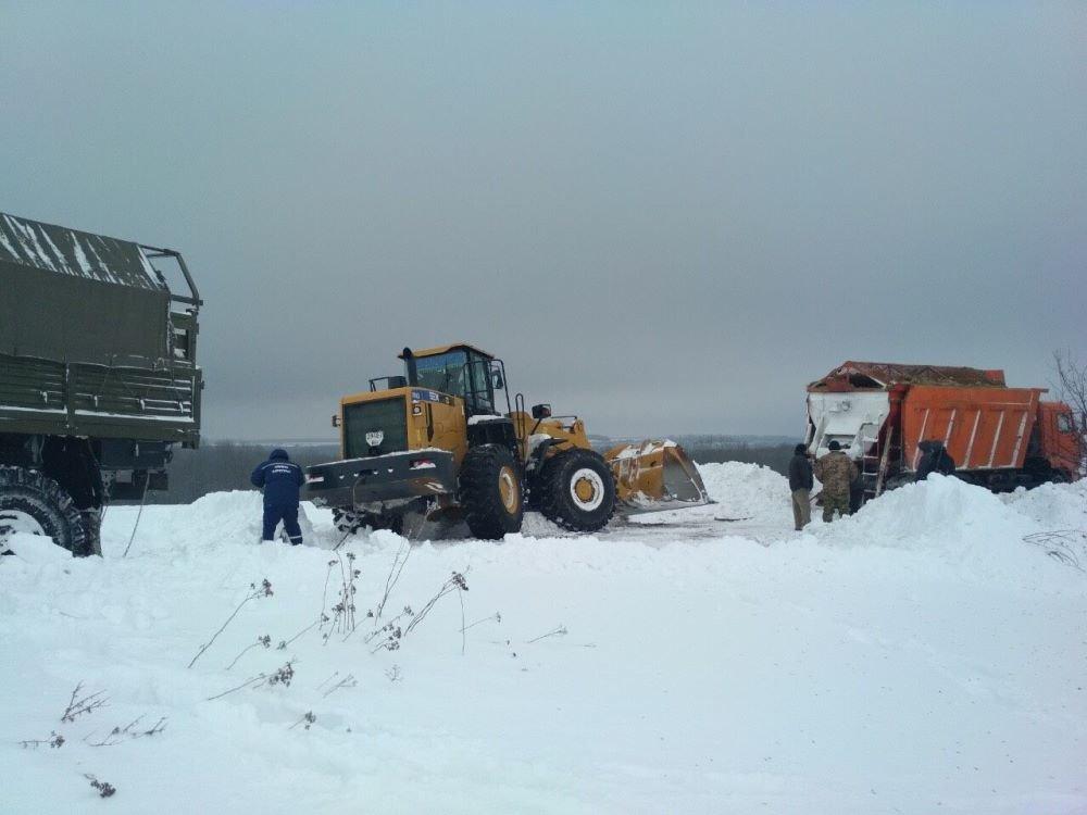 Спасатели продолжают вытаскивать машины из снежных заносов в Одесской области, - ФОТО, фото-1