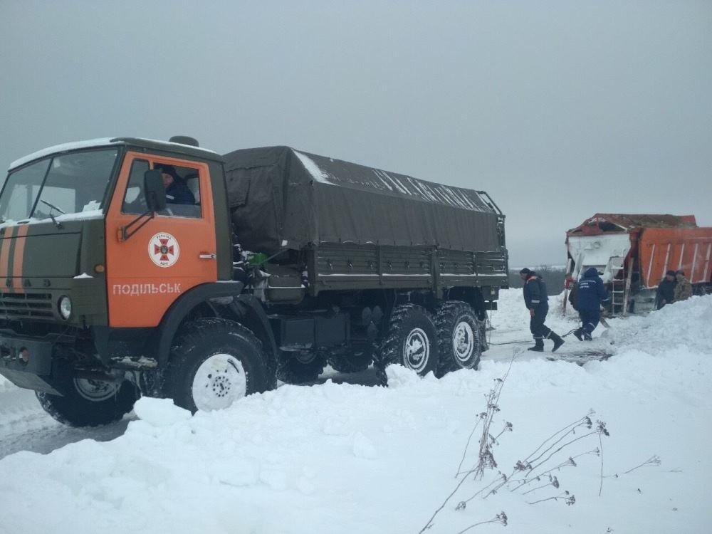 Спасатели продолжают вытаскивать машины из снежных заносов в Одесской области, - ФОТО, фото-3