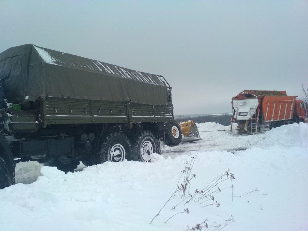 Спасатели продолжают вытаскивать машины из снежных заносов в Одесской области, - ФОТО, фото-4