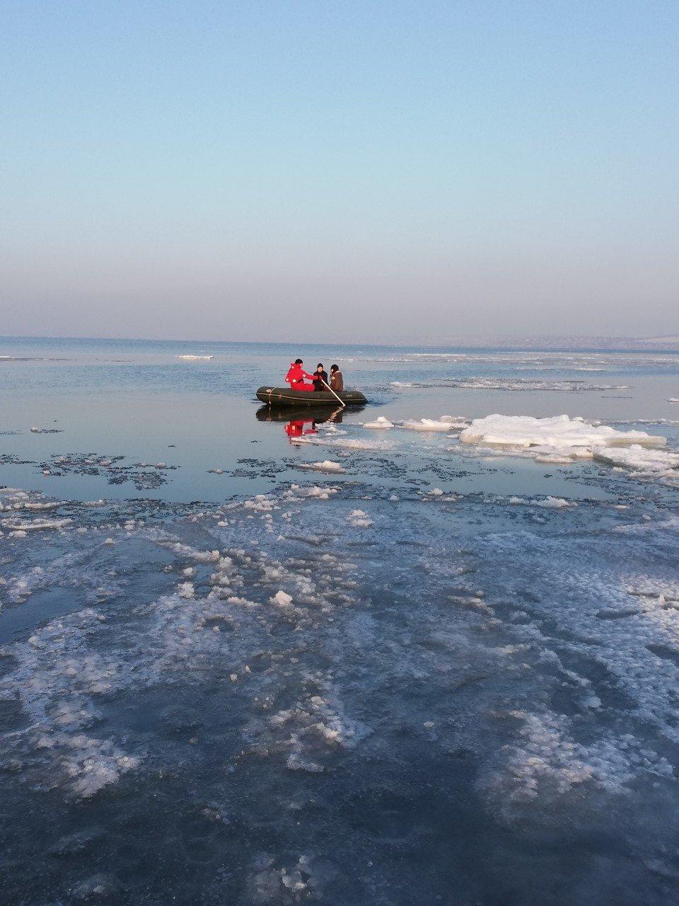 Четверо детей оказались на льдине далеко от берега в Одесской области , фото-3