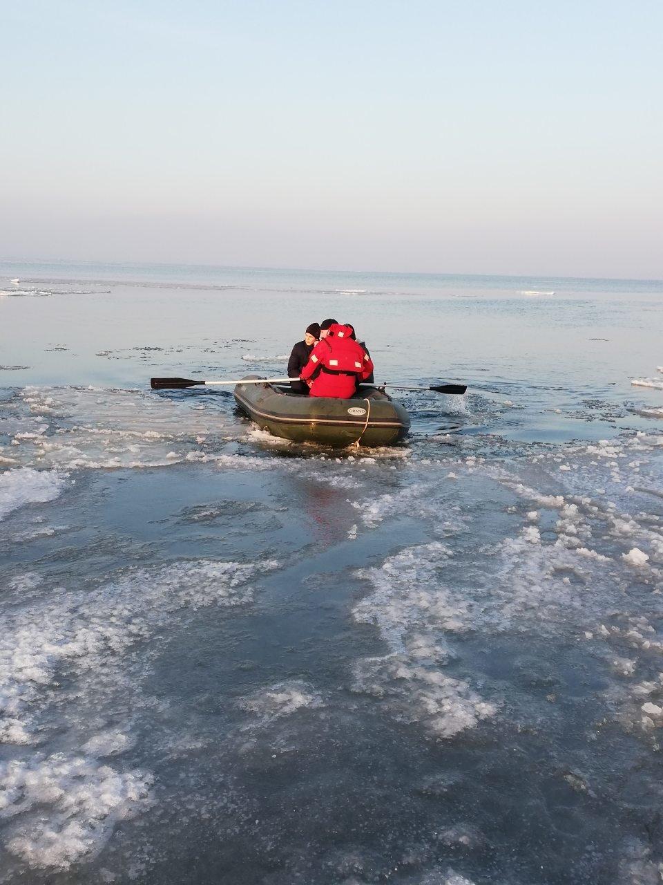 Четверо детей оказались на льдине далеко от берега в Одесской области , фото-1
