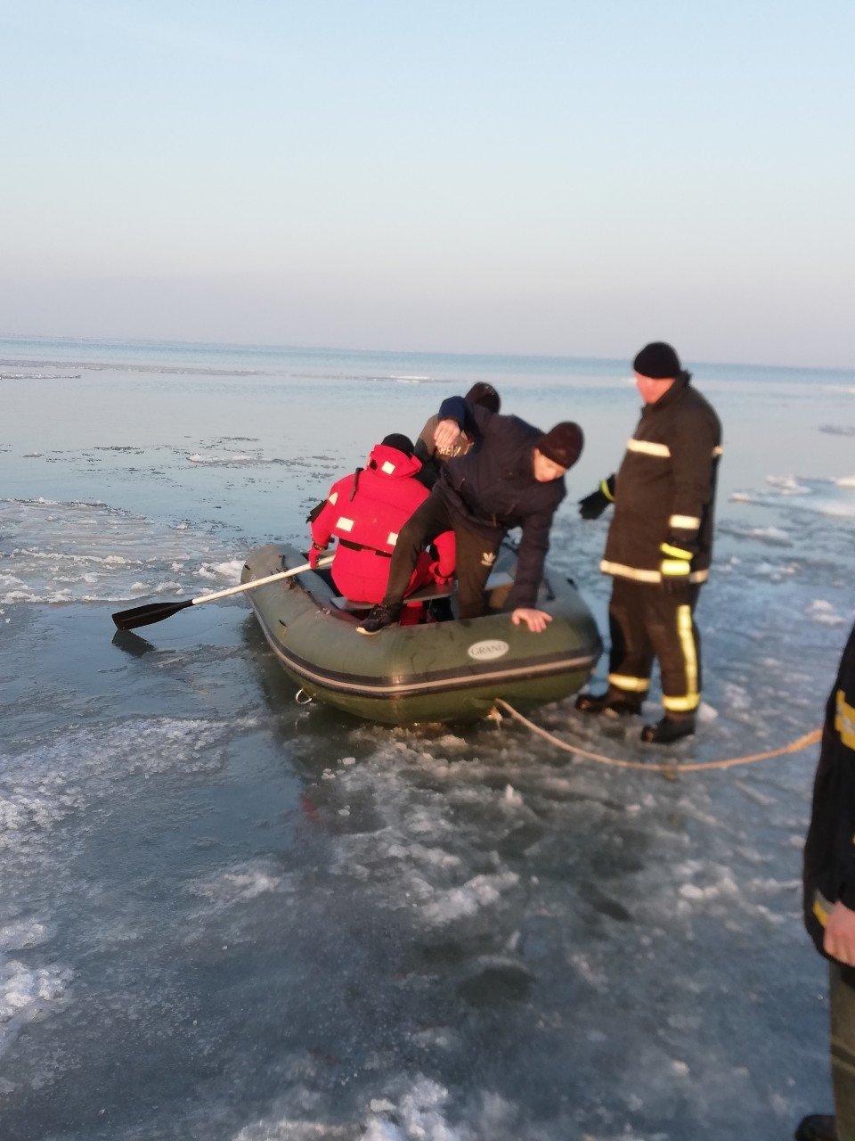 Четверо детей оказались на льдине далеко от берега в Одесской области , фото-2