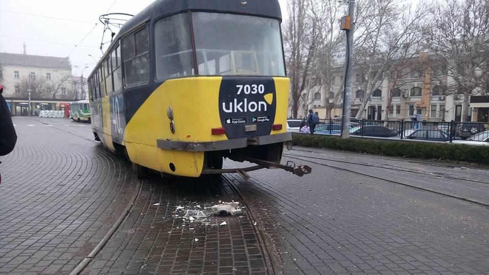 На выходных в Одессе грузовик въехал в трамвай, - ФОТО, ВИДЕО, фото-2, Фото: Иван Бошку