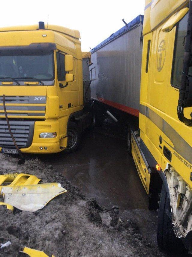 Из-за ямы на дороге в Одесской области произошло несколько ДТП, - ФОТО, фото-1, Фото: Апостроф