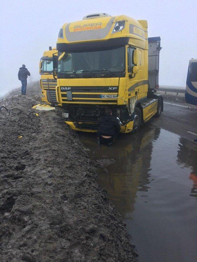 Из-за ямы на дороге в Одесской области произошло несколько ДТП, - ФОТО, фото-2, Фото: Апостроф