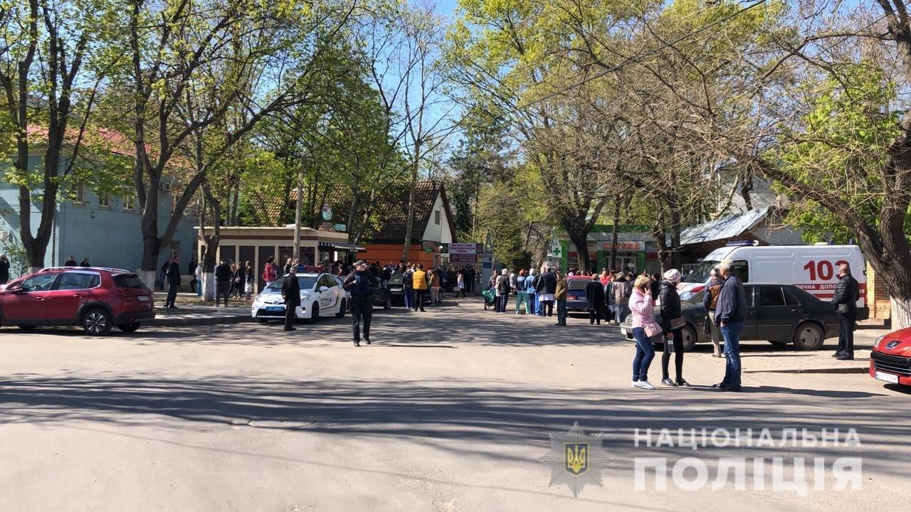 410 посетителей и сотрудников одесского медцентра эвакуировали из-за минирования, - ФОТО