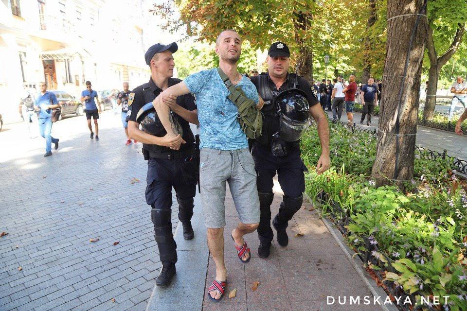 Марш равенства в Одессе: есть задержанный, противницу прайда унесли на руках, - ФОТО, фото-1, Фото: Думская
