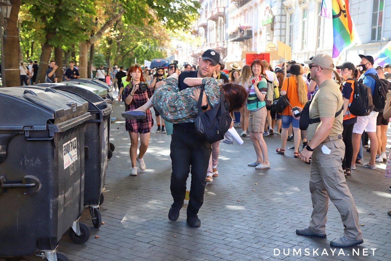 Марш равенства в Одессе: есть задержанный, противницу прайда унесли на руках, - ФОТО, фото-2, Фото: Думская