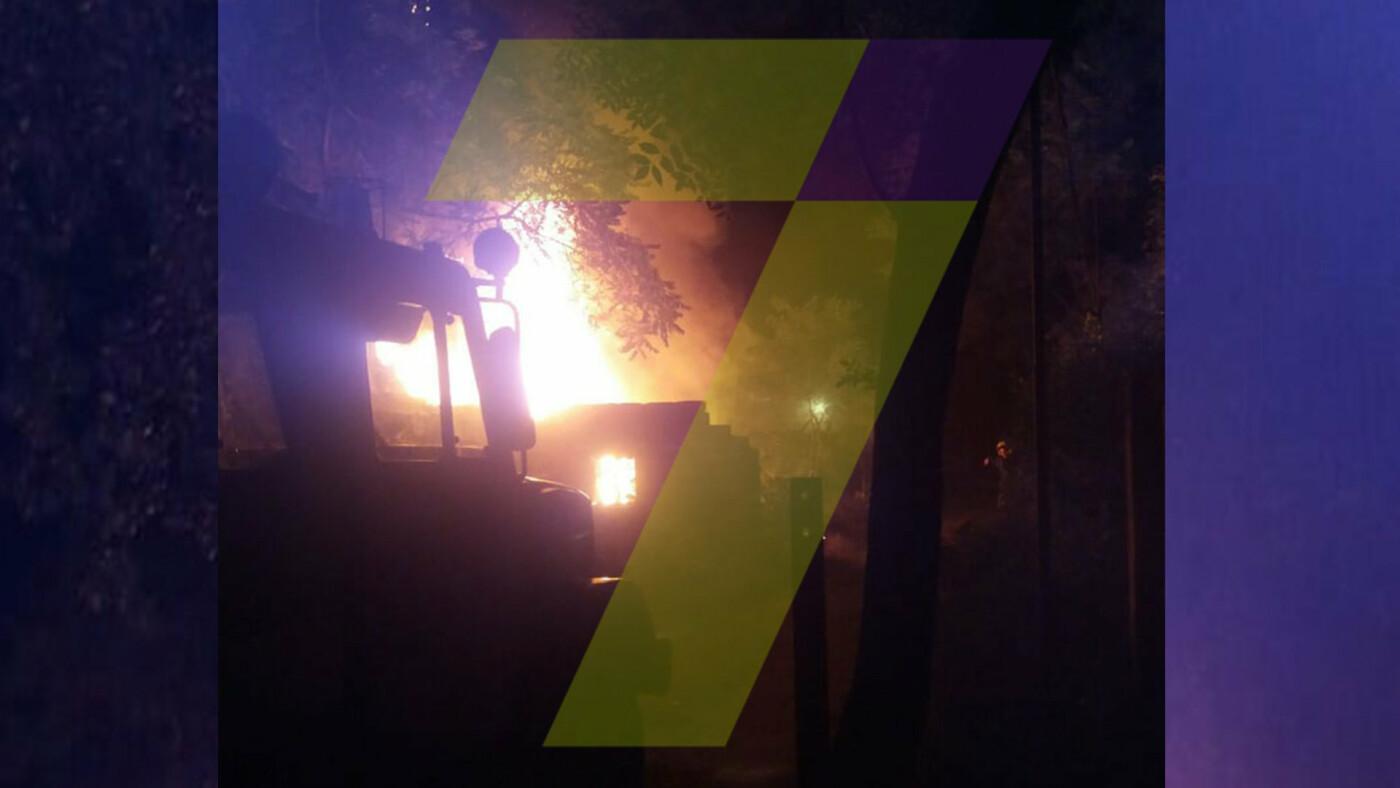 Ночью в Одессе горел автомобиль: огонь охватил постройки во дворе, - ФОТО, фото-2, Фото: 7 канал