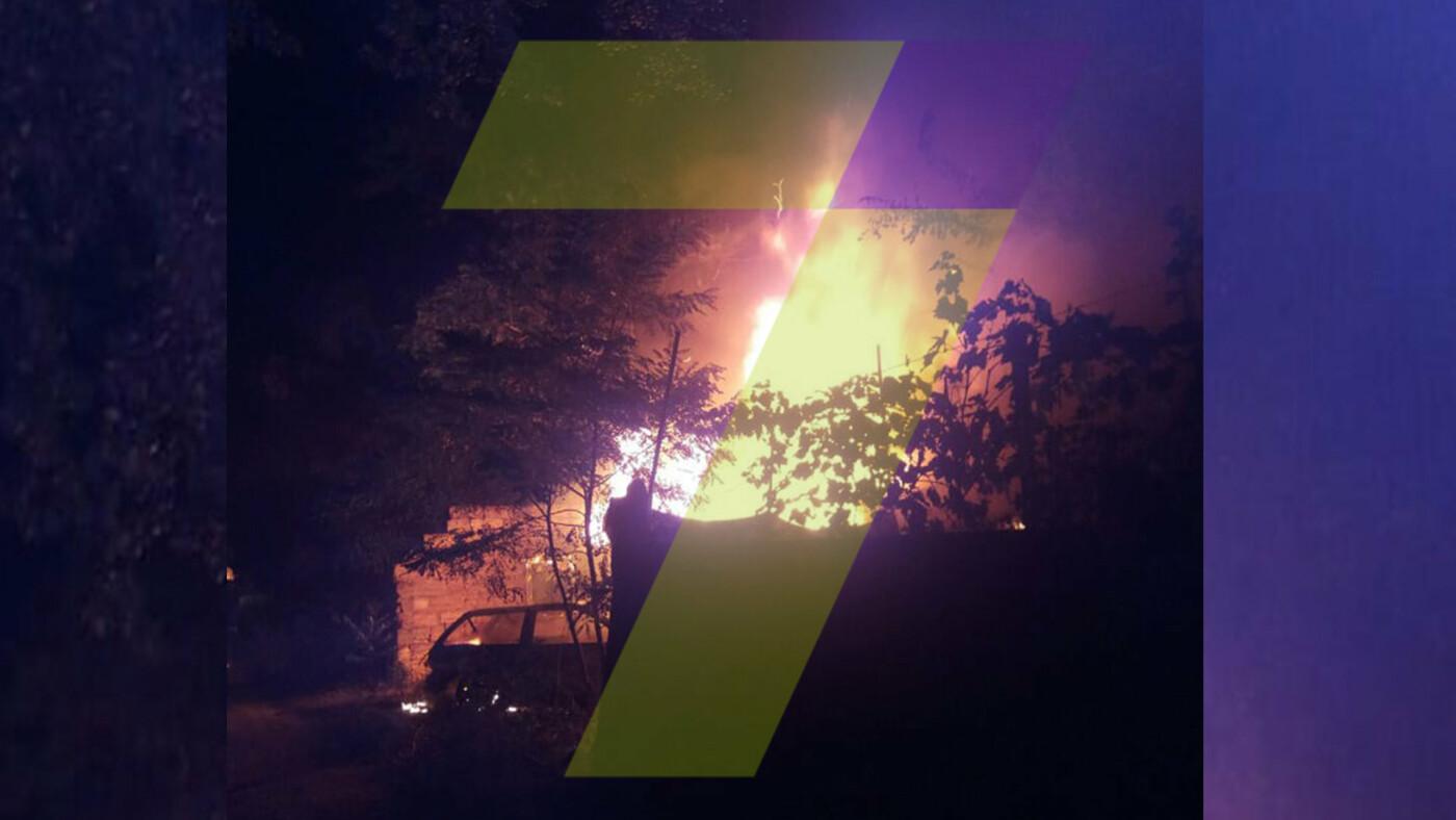 Ночью в Одессе горел автомобиль: огонь охватил постройки во дворе, - ФОТО, фото-1, Фото: 7 канал