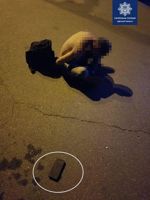 В Одессе мужчина украл телефон и попытался разбить его об землю, - ФОТО1