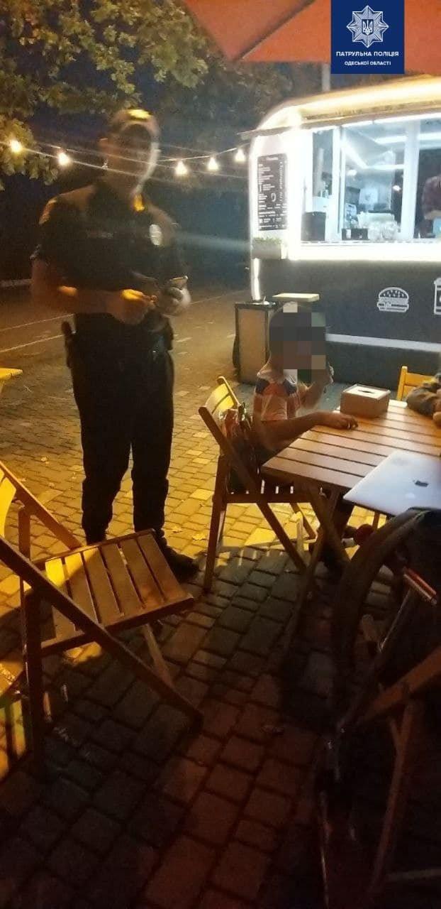 В Одессе полицейские отыскали потерявшегося в толпе ребенка, - ФОТО2