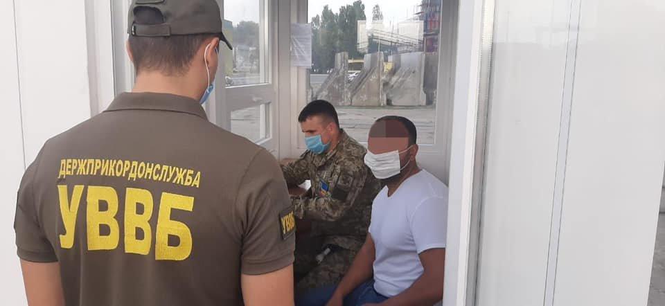 Иностранец пытался дать взятку одесскому пограничнику, - ФОТО2
