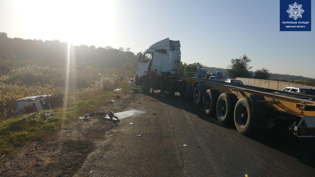 В Одессе на Объездной дороге столкнулись два грузовика, водителей госпитализировали, - ФОТО, фото-3