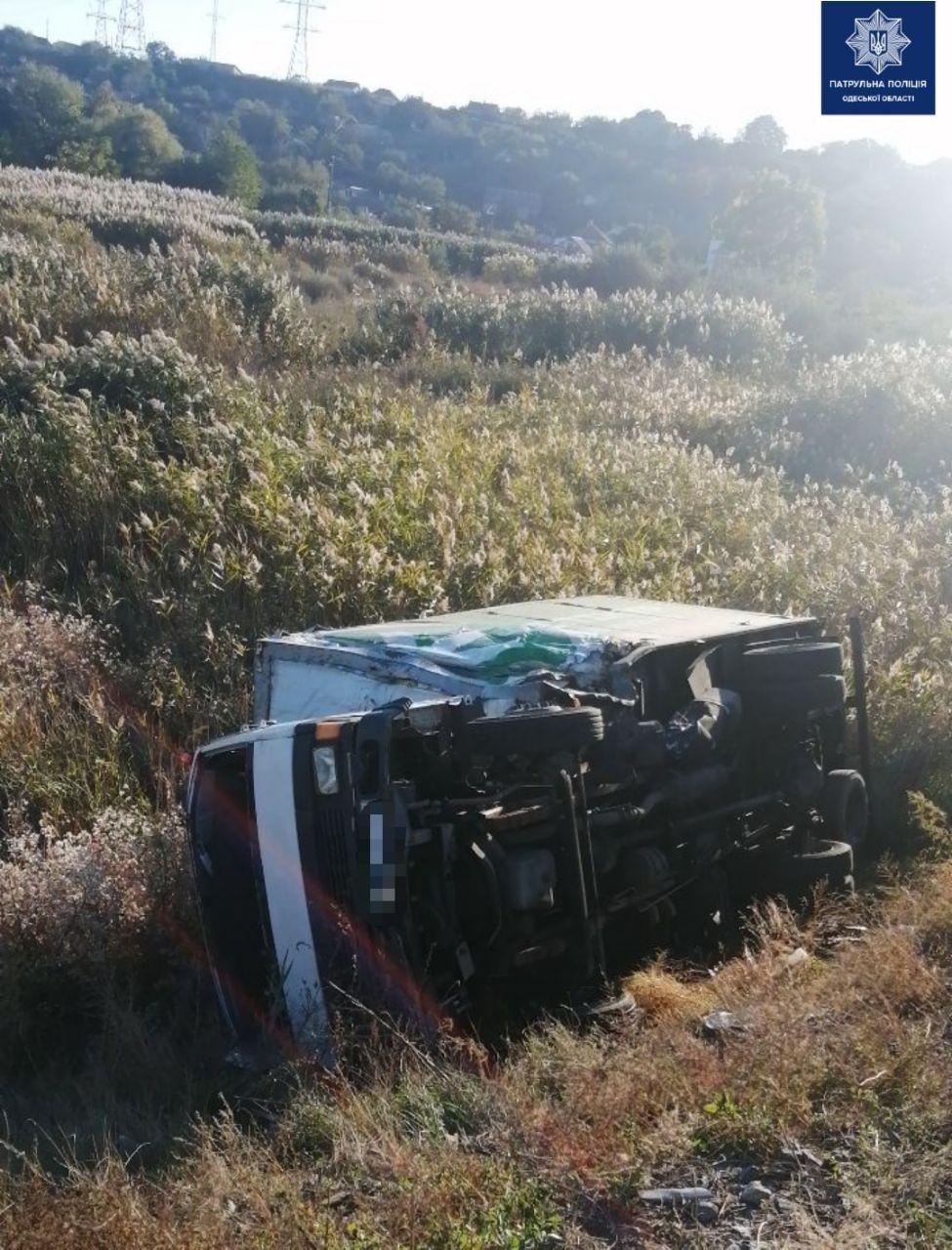 В Одессе на Объездной дороге столкнулись два грузовика, водителей госпитализировали, - ФОТО, фото-1