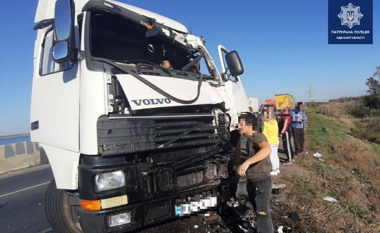 В Одессе на Объездной дороге столкнулись два грузовика, водителей госпитализировали, - ФОТО, фото-2