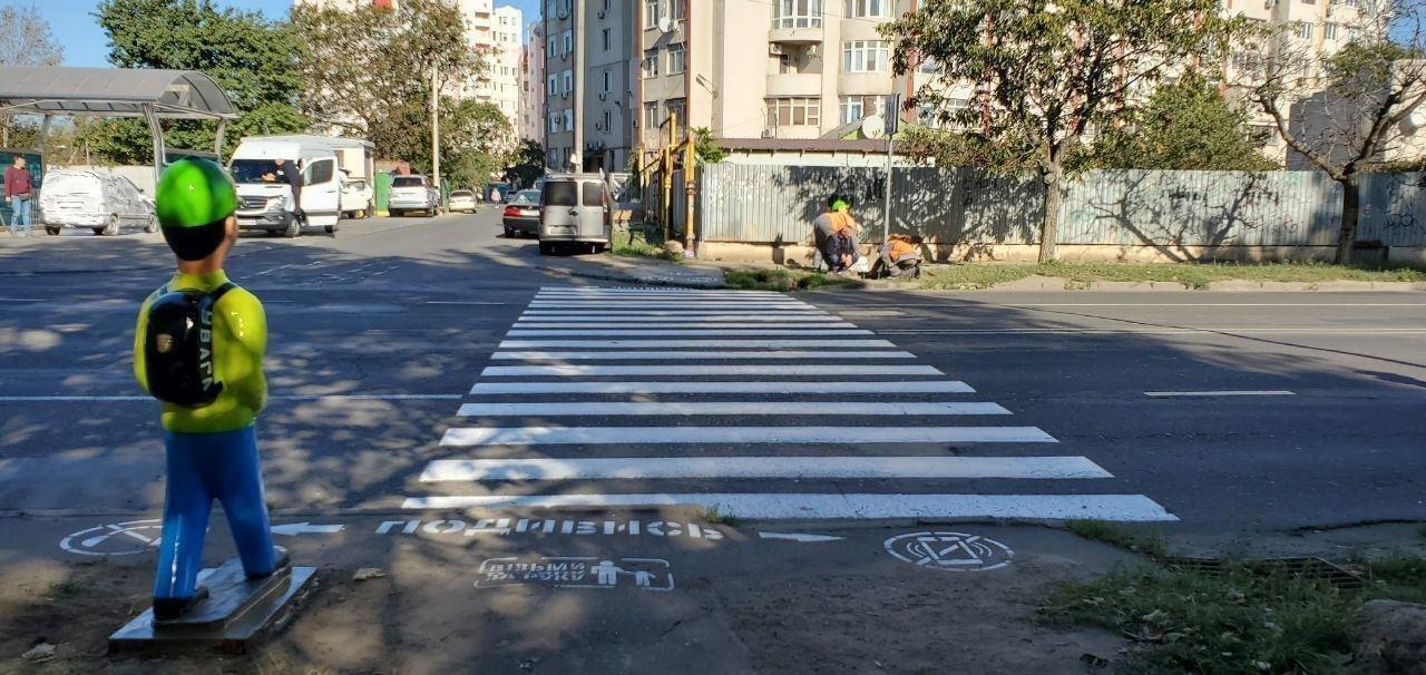 В Одессе перед пешеходными переходами появились манекены школьников, - ФОТО, фото-1