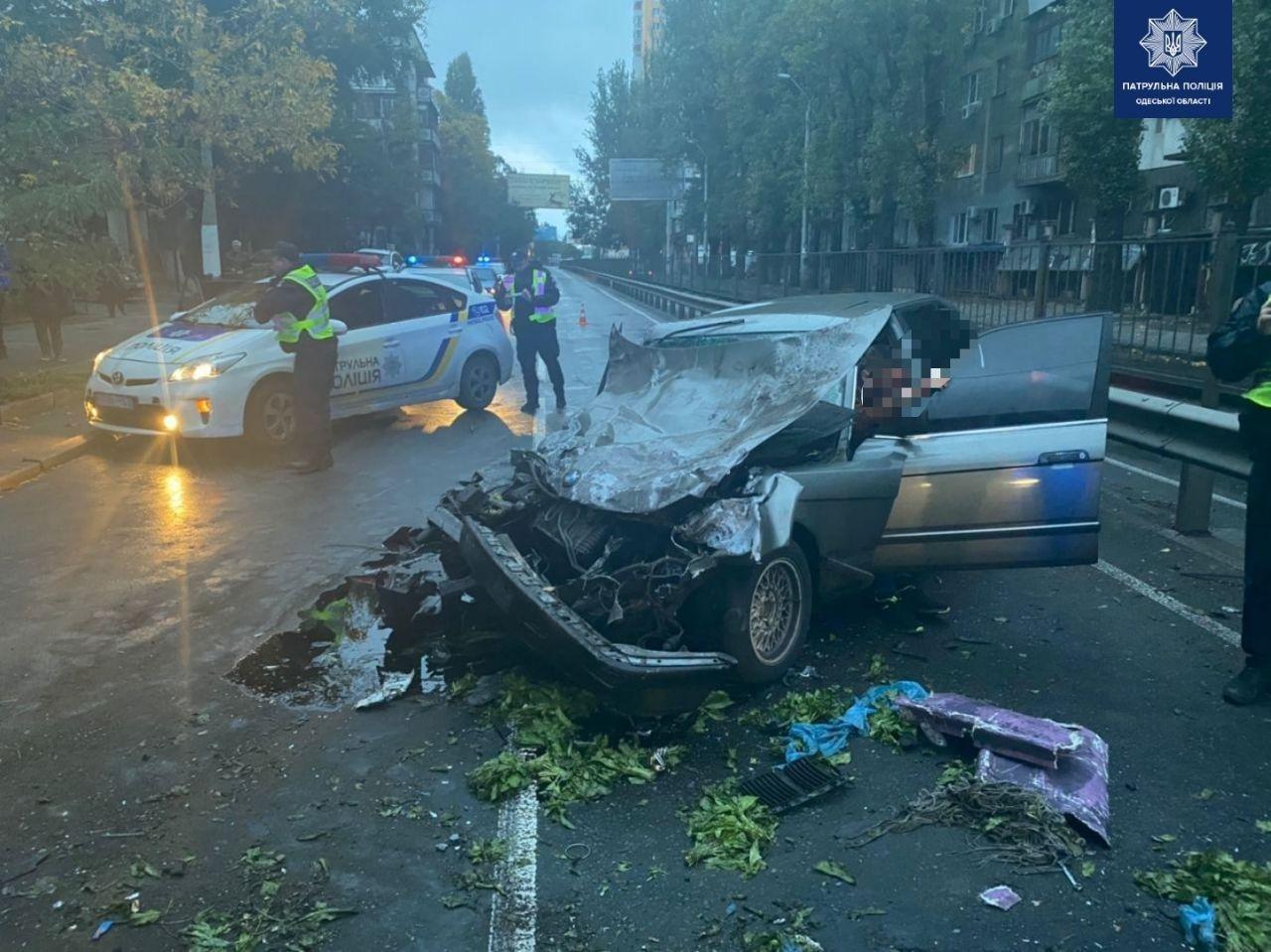 В Одессе мужчина угнал машину и на большой скорости влетел в автобус, есть пострадавшие, - ФОТО, фото-2