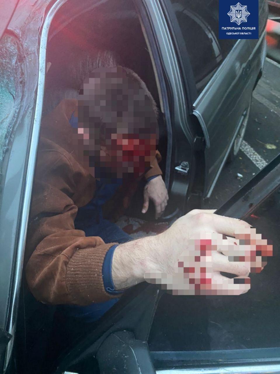 В Одессе мужчина угнал машину и на большой скорости влетел в автобус, есть пострадавшие, - ФОТО, фото-1
