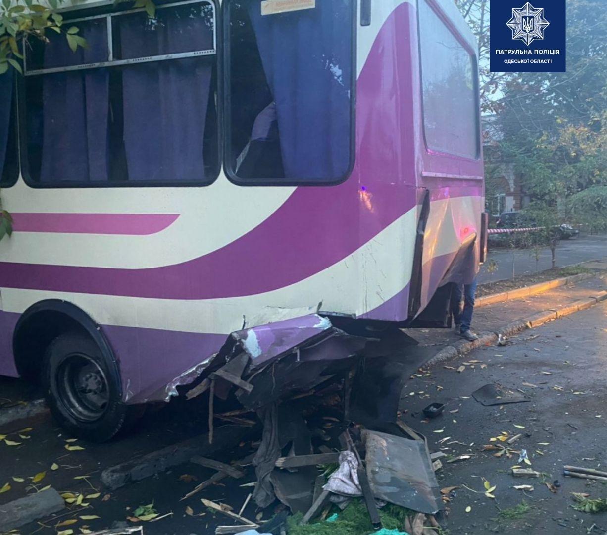 В Одессе мужчина угнал машину и на большой скорости влетел в автобус, есть пострадавшие, - ФОТО, фото-3