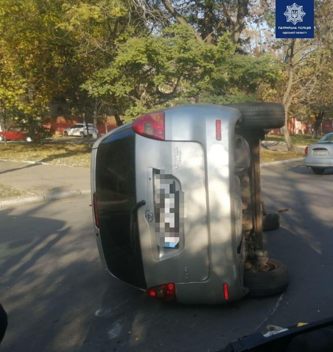 В Одессе Toyota въехала в припаркованные автомобили и перев..., фото-11