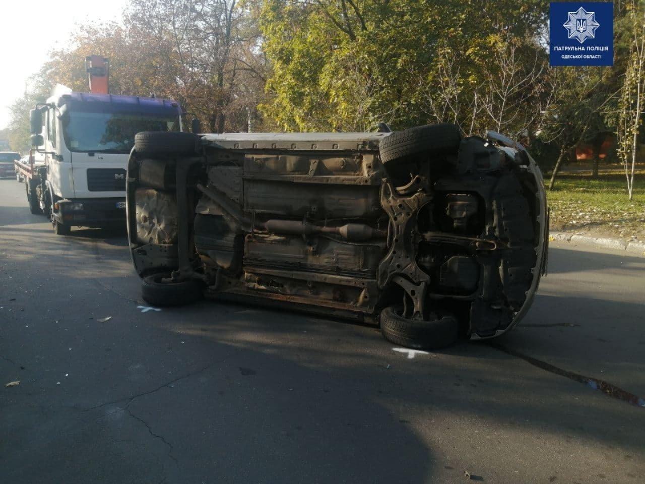 В Одессе Toyota въехала в припаркованные автомобили и перев..., фото-22