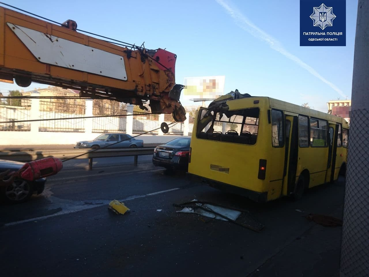 В Одессе кран протаранил маршрутку, 2 человека госпитализированы, - ФОТО, ВИДЕО, фото-1