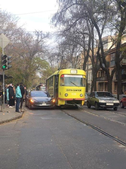 Трамвай и Tesla: в Одессе столкнулись два электротранспорта, - ФОТО, фото-1