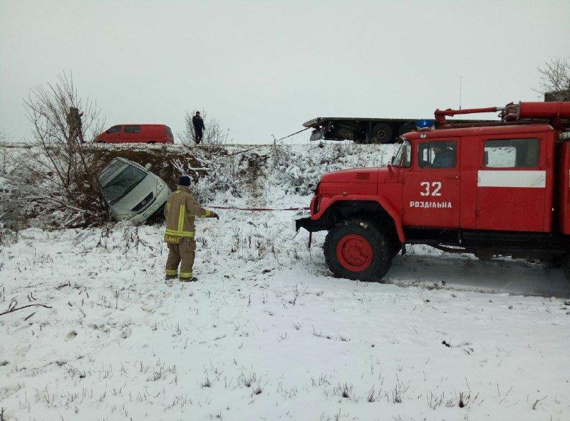 В Одесской области спасатели вытягивали автомобиль, который вылетел в заснеженный кювет, - ФОТО, фото-1