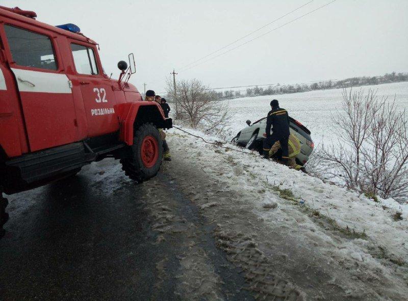 В Одесской области спасатели вытягивали автомобиль, который вылетел в заснеженный кювет, - ФОТО, фото-2