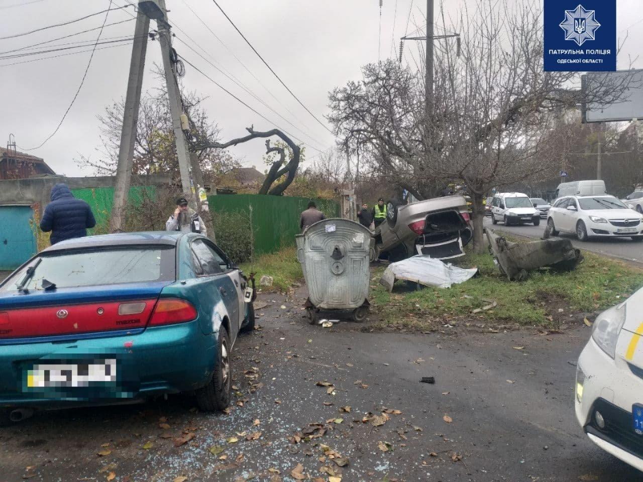 Выехал на встречку: в Одессе столкнулись два автомобиля, один из которых перевернулся, - ФОТО, фото-1