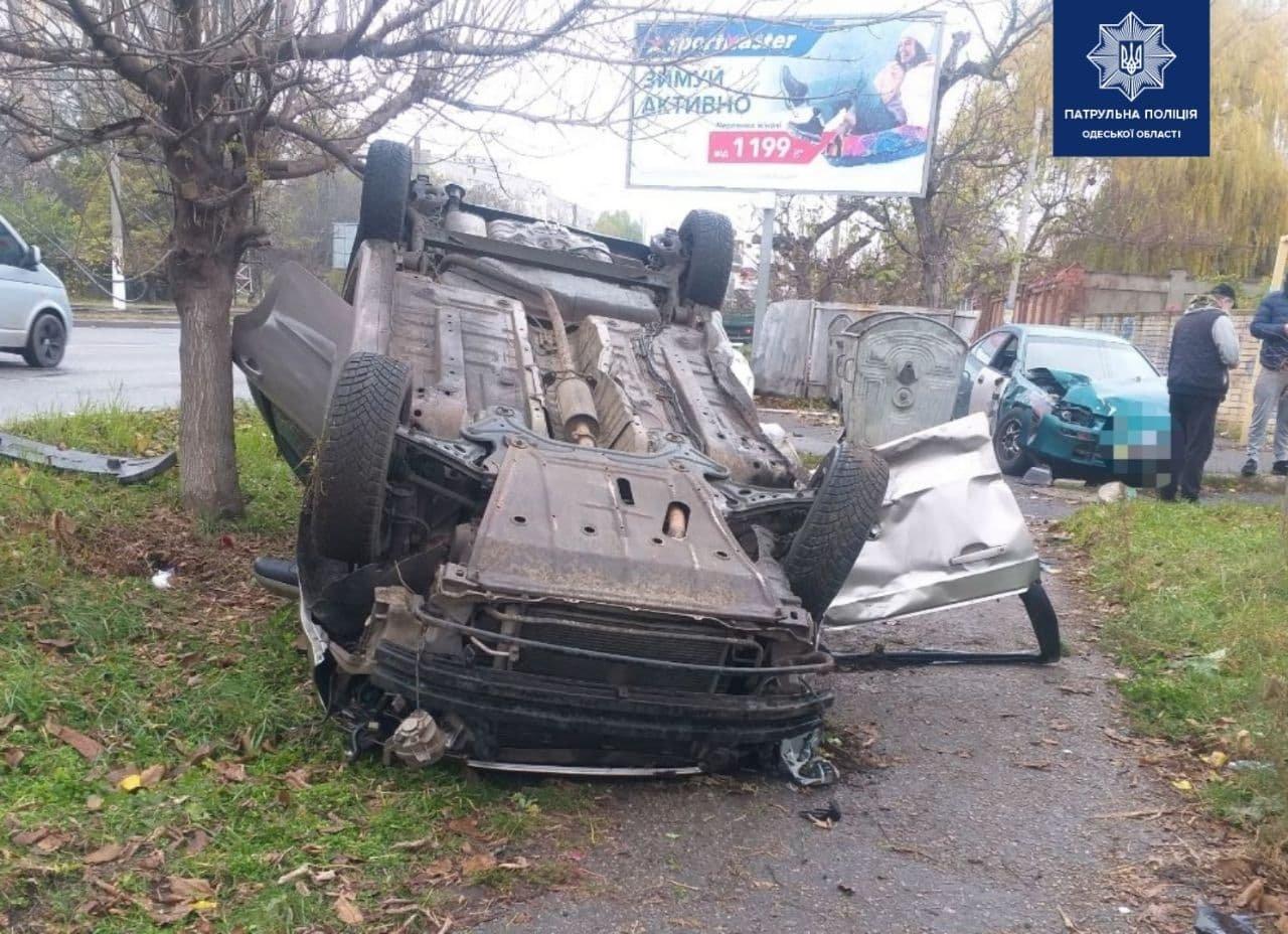 Выехал на встречку: в Одессе столкнулись два автомобиля, один из которых перевернулся, - ФОТО, фото-2