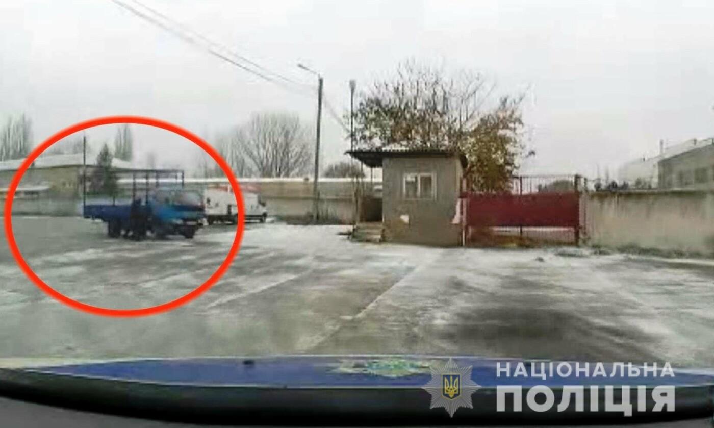 В Одесской области полицейским пришлось стрелять по колесам автомобиля на почте, - ФОТО, фото-1