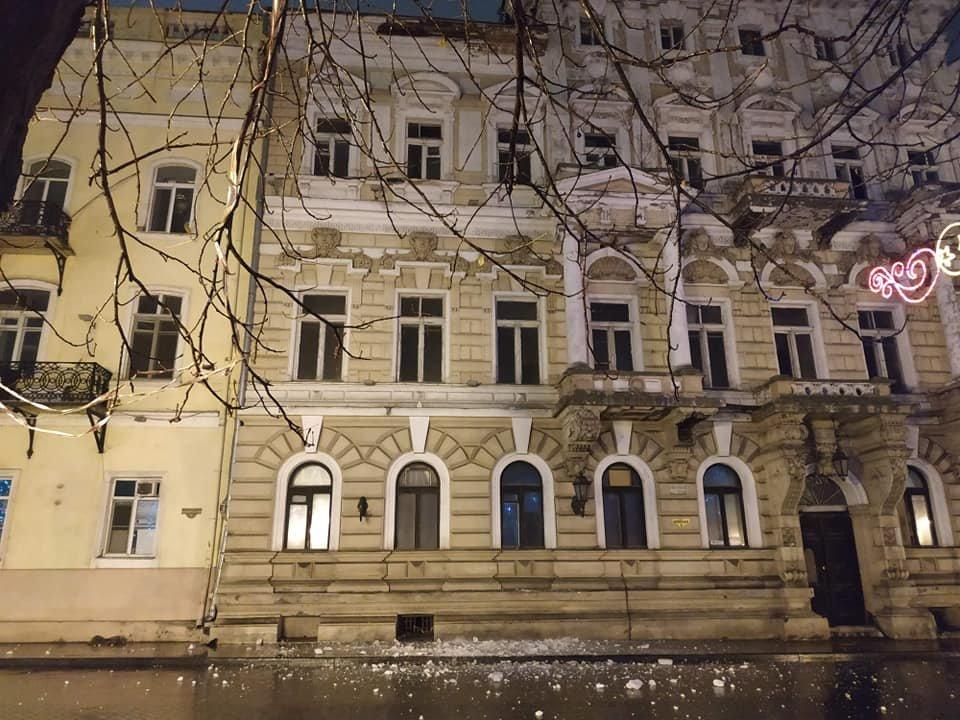 В центре Одессы обвалился карниз, - ФОТО, фото-1