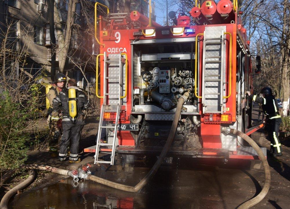 В Одессе пожарные спасли семью из горящей квартиры, - ФОТО, фото-11