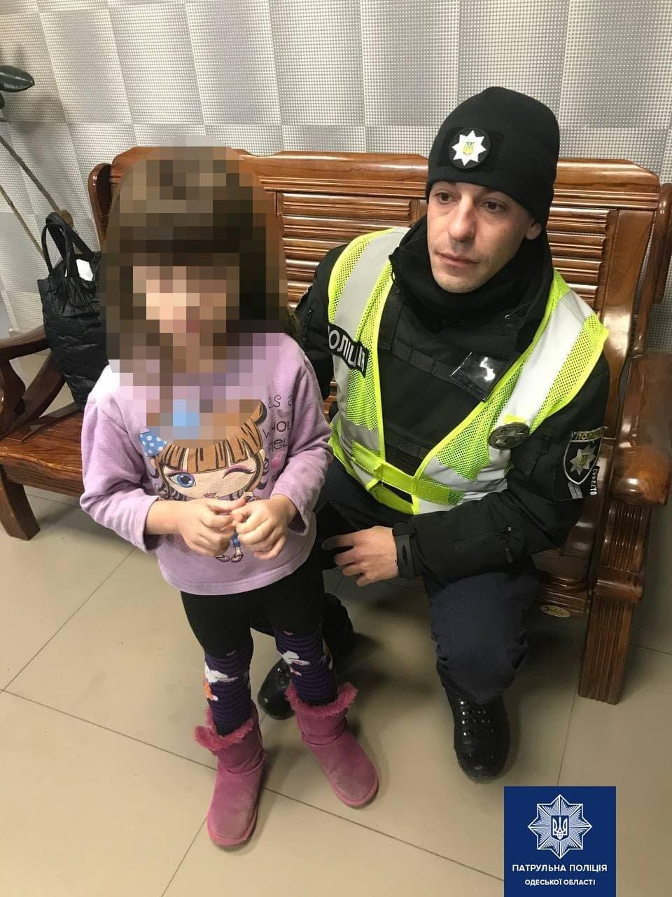 В Одессе четырехлетний ребенок гулял по улице один и без верхней одежды, - ФОТО, фото-1
