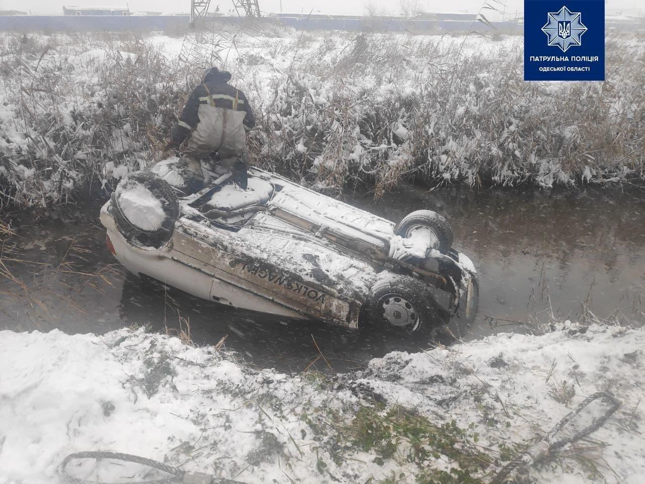 На выезде из Одессы машина слетела в кювет, - ФОТО, фото-22