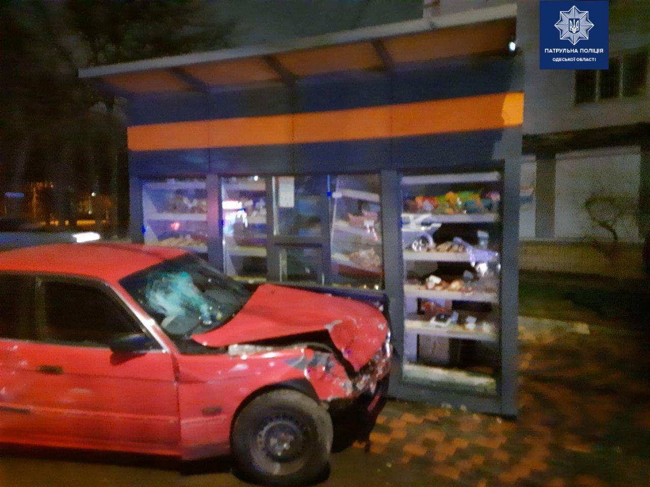 ДТП в Одессе: Автомобиль влетел в магазин, - ФОТО, фото-22