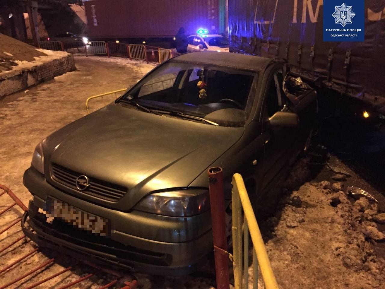 """В Одессе """"Opel"""" столкнулся с фурой, есть пострадавшие, - ФОТО, фото-22"""