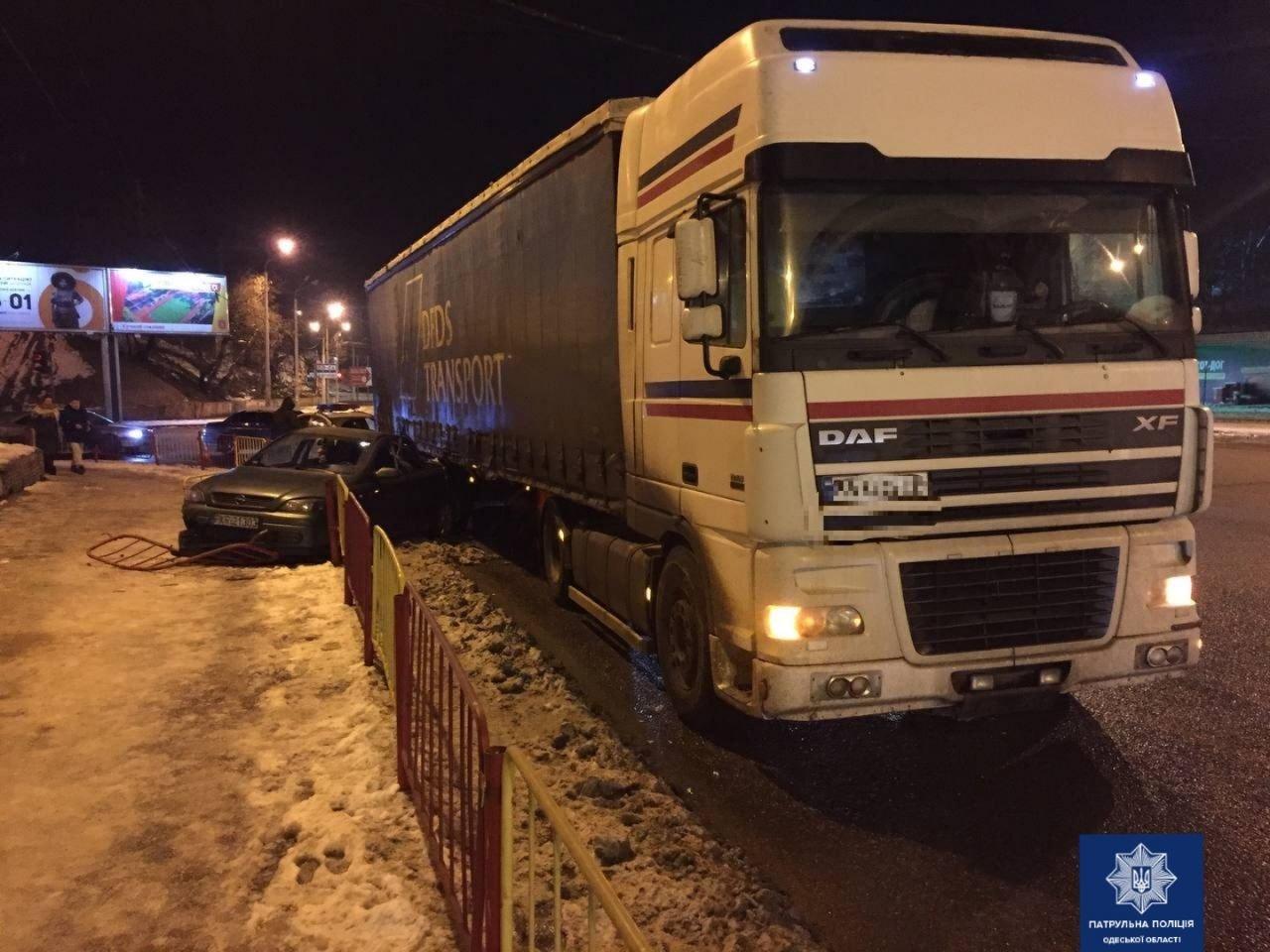 """В Одессе """"Opel"""" столкнулся с фурой, есть пострадавшие, - ФОТО, фото-11"""