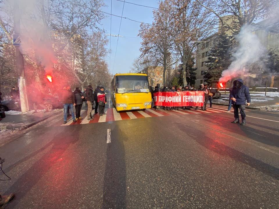 Тарифные протесты: В Одессе молодые люди перекрыли дорогу, - ФОТО, ВИДЕО, фото-2