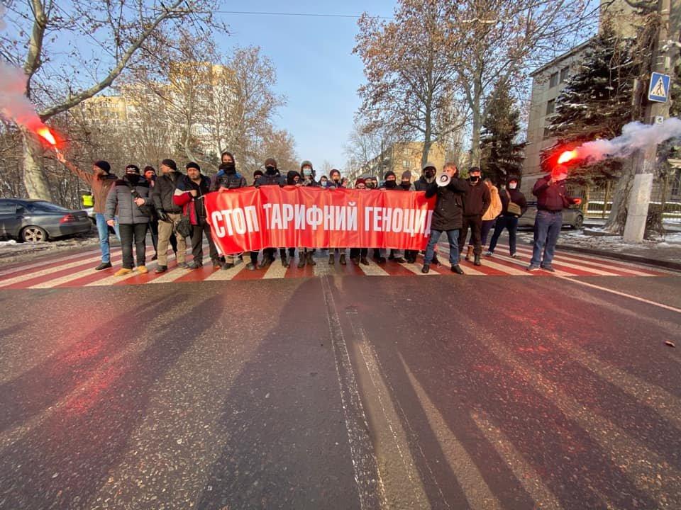 Тарифные протесты: В Одессе молодые люди перекрыли дорогу, - ФОТО, ВИДЕО, фото-3