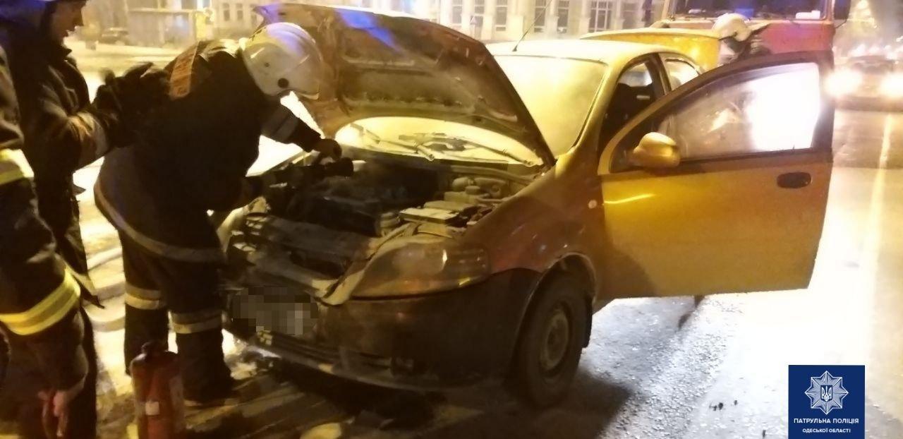 В Одессе в центре сгорел автомобиль, - ФОТО2