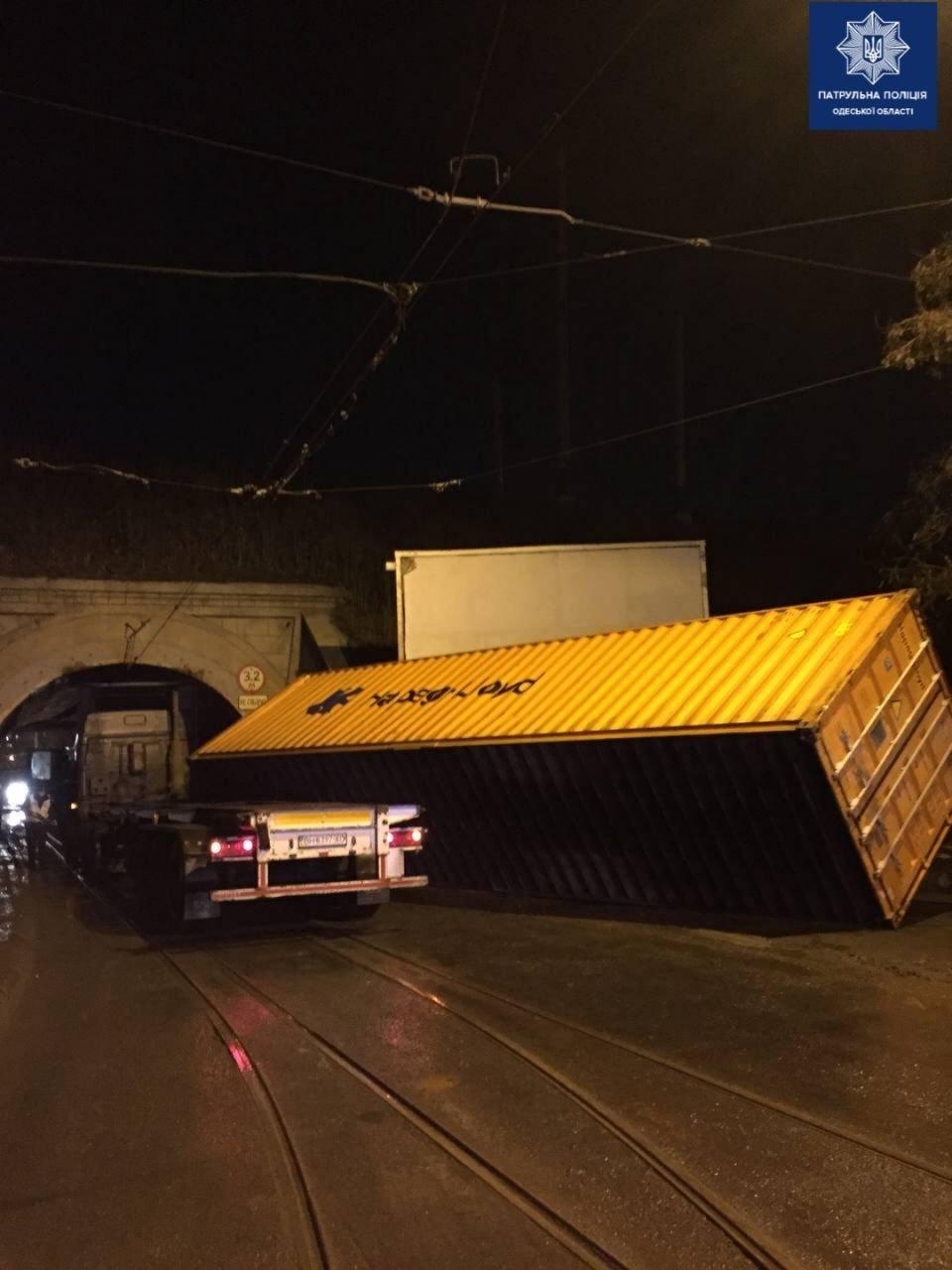 В Одессе фура не проехала под мостом.