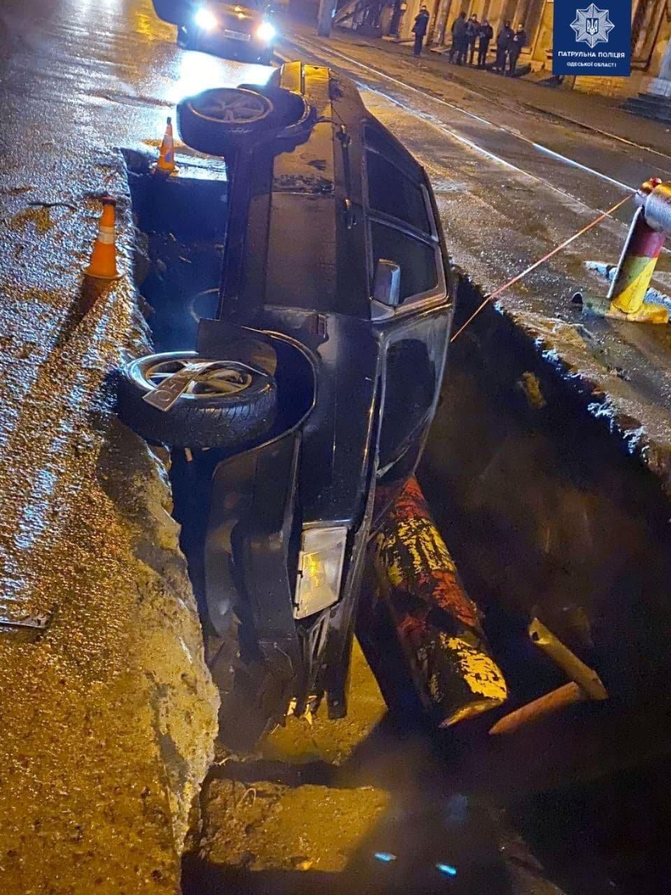 В Одессе машина угодила в вырытую яму, - ФОТО, фото-1