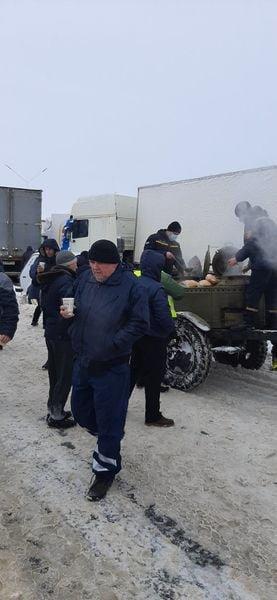 На трассе Одесса-Киев находится 600 грузовиков, - ФОТО, фото-66